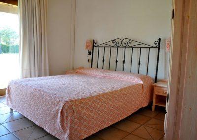 szardinia_apartman_eszaki_part_residence_liscia_eldi_san_teodoro_franciaagyas_haloszoba