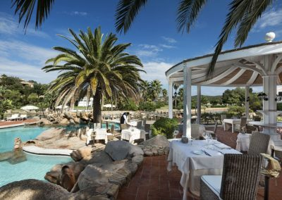 szardinia_hotel_4_csillagos_eszaki_part_hotel_le_palme_porto_cervo_medence_etterem