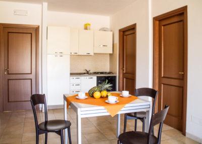 szardinia_apartman_deli_part_villasimius_apartmanhaz_konyha