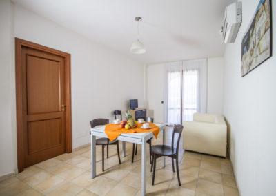 szardinia_apartman_deli_part_villasimius_apartmanhaz_nappali