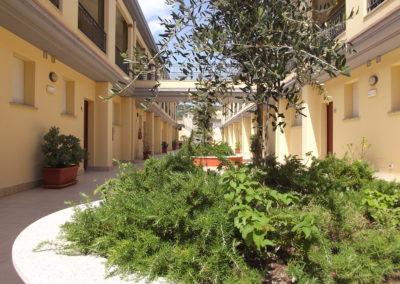 szardinia_apartman_deli_part_villasimius_apartmanhaz_udvar