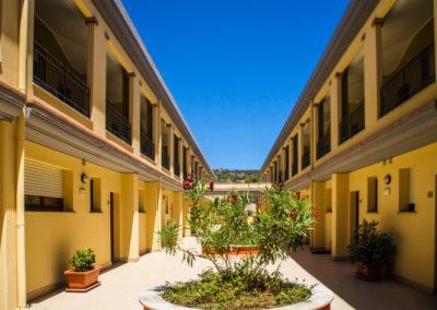 szardinia_apartman_deli_part_villasimius_apartmanhaz_udvar_1