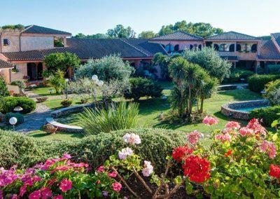 A hotel virágos parkja
